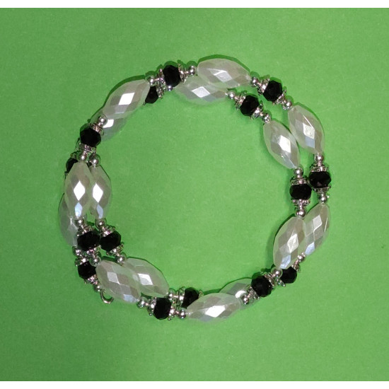 Bracelet 20-21 cm made of acrylic beads, black faceted crystals, silver caps and silver beads.