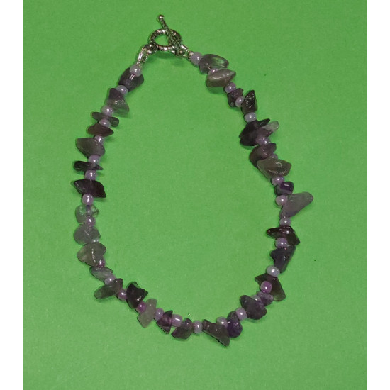 19 cm bracelet with amethyst chips. It is handmade on silicone wire with Tibetan silver Toggle clasp.