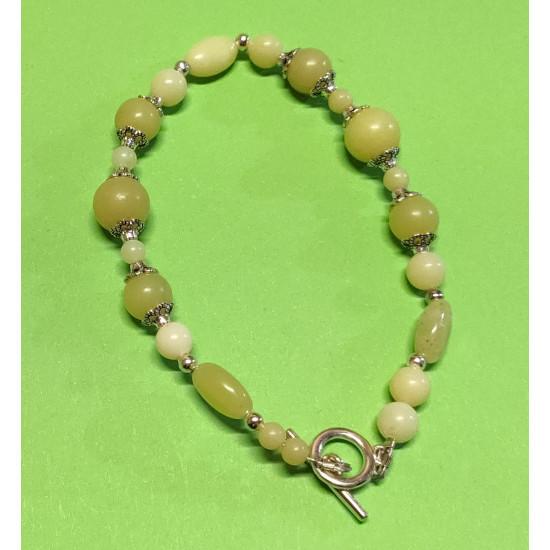 Bracelet about 18-20 cm green jade lemon yellow spheres. Lemon jade beads, silver caps.