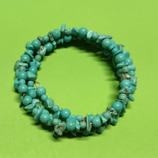 Bracelet made of blue turquoise chips and synthetic turquoise spheres