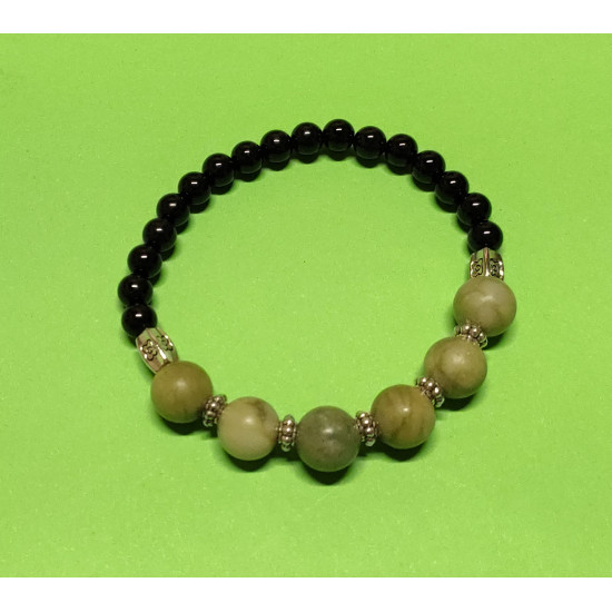 Bracelet made of onyx beads, Taiwanese jade and Tibetan silver spacers. The bracelet is made by hand on an elastic drop.
