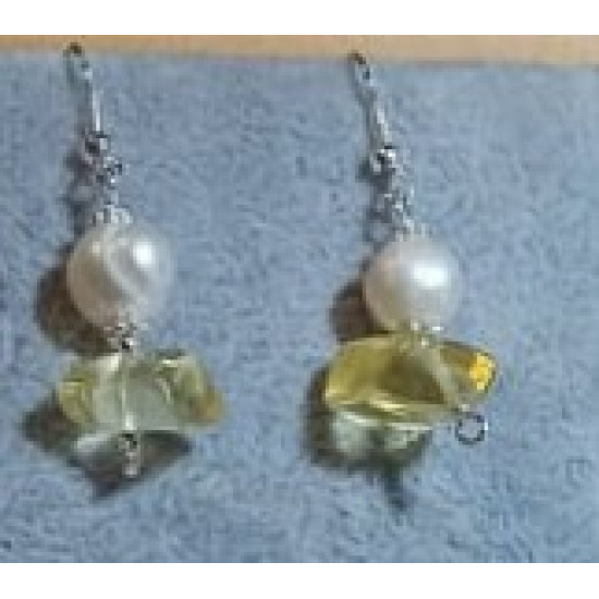 Earrings made of large citrine chips and natural cultured pearls with spacers and silver-plated cakes. CER035-1 = 4.5 cm, CER035-2 = 4.5 cm.