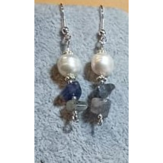 Earrings made of large sodalit chips and natural cultured pearls with spacers and silver-plated cakes.   CER038-1 = 5 cm,   CER038-2 = 5 cm,   CER038-3 = 5 cm.