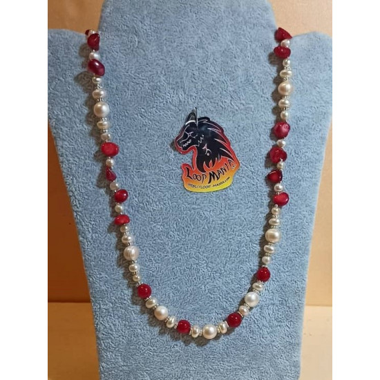 Necklace made of natural pearls (culture) with spheres and red coral chips, spacers and silver-plated beads. Made of silicone wire with lobster and 5 cm silver-plated extension. COL095-1 = 61 cm +5 cm.