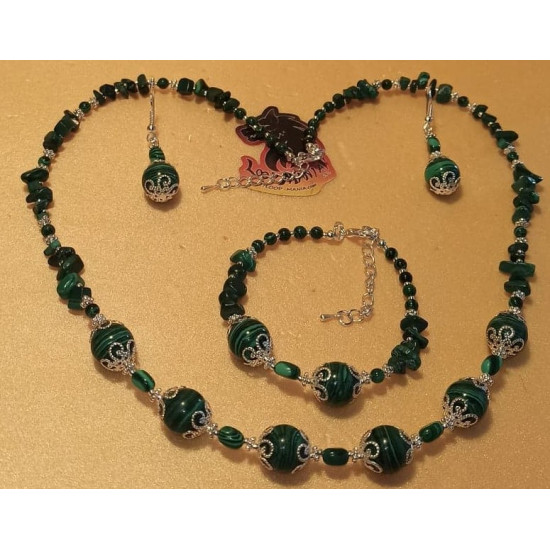 Set: necklace-earrings-bracelet made of malachite beads and malachite chips. Necklace about 55 + 5 cm extension. Malachite beads, silver-plated spheres, chips and spacers. Handmade on silicone wire, silver-plated lobster clasp. 18 + 5 cm silver-plated ext