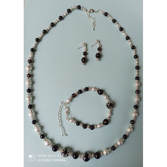 NECKLACE-EARRINGS-BRACELET SET Jewelry set made of brown to black agate semiprecious stones.