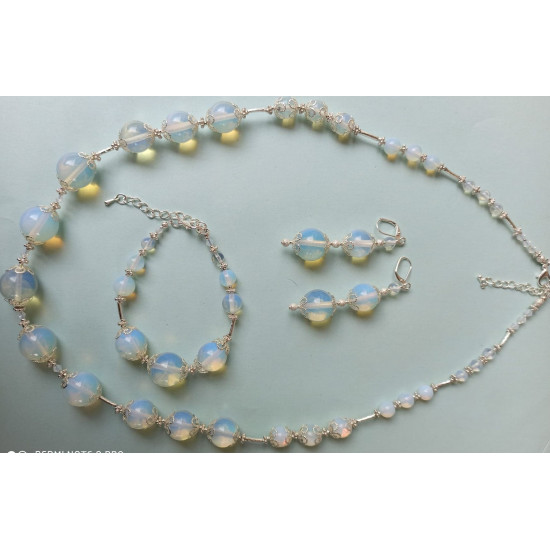 NECKLACE-EARRING-BRACELET SET Jewelry set made of opal semiprecious stones. Made of silicone wire with silver plated accessories.