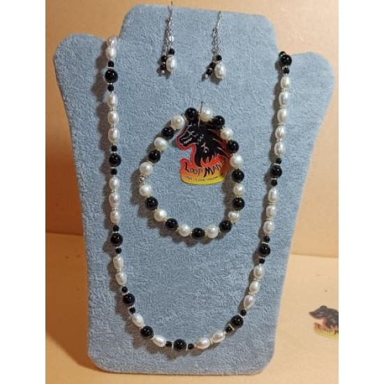 Set: necklace-bracelet-earrings made of white natural pearls with onyx beads. Necklace about 58.4 cm + 5 cm extension plated with silver, handmade on silicone wire made of natural pearls (culture), onyx spheres, silver plated spacers, silver lobster clasp