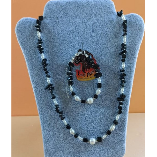 Set: necklace-bracelet made of white natural pearls and semi-precious chips. Necklace and bracelet handmade on silicone wire made of natural pearls (culture) and various semi-precious chips, silver-plated spacers, silver-plated clasps. STB074-1 = onyx bra
